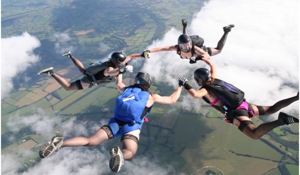 Some brave skydivers